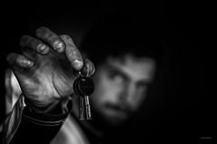 Les clés du bonheur. (LACPIXEL) Tags: clé key llave bonheur happiness felicidad main hand mano sombre oscuro dark homme hombre man noiretblanc blackandwhite blancoynegro sony flickr lacpixel