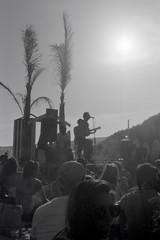 Tarifa - 10 (bumbazzo) Tags: tarifa spagna spain mare sea beach spiaggia ragazzi ragazzo modello modelli uomo uomini boy boys man men model models amici friends group gruppi portrait portraits ritratto ritratti bn bianco nero bianconero bw black white blackwhite analog analogico film pellicola ilford fp4 vacanza vacanze vacation vacations