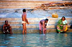 INDIA Y NEPAL 1986 - 352 (JAVIER_GALLEGO) Tags: india 1986 asia subcontinenteindio benarés varanasi abluciones gente people person
