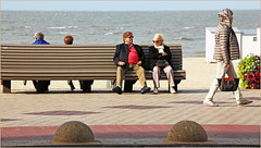 Sur la digue de Knokke, Belgium (claude lina) Tags: claudelina belgium belgique belgië knokke merdunord noordzee plage sable beach cabines banc bench