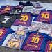 Straßenfhändler verkauft beim Flohmarkt in Spanien Lionel Messi-Trikots vom FC Barcelona und Kylian Mbappé  Merchandise
