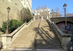 Grand escalier à Paris 16ème (Sokleine) Tags: escalier stairs marches steps réverbère streetlamp pierres stones heritage paris 75016 france frenchheritage europe