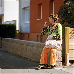 # 0212 . der jährliche warnhinweis ([aka] ed gonzalez) Tags: 6x6 kodakportra400 köln karneval weiberfastnacht 1111 mauerblümchen ed edgonzalez bronicasqai zenzanonps250mm