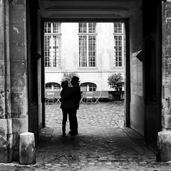 In front of the court (pascalcolin1) Tags: paris homme man femme woman court cour couple photoderue streetview urbanarte noiretblanc blackandwhite photopascalcolin 50mm canon50mm canon ombre shadow lumière light soleil sun