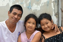 father with twins (the foreign photographer - ฝรั่งถ่) Tags: family father twins daughter khlong thanon portraits bangkhen bangkok thailand nikon d3200
