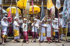 (kuuan) Tags: voigtländerheliarf4515mm manualfocus mf voigtländer 15mm aspherical f4515mm sonynex5n nex5n superwideheliar bali indonesia purapenataransasih pejeng odalan temple festival balinese ceremony kids boys umbrella ceremonialumbrella