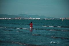 Lady in red (Adrit fotografías) Tags: mar mediterráneo sea red lachicaderojo ladyinred celeste valencia spain españa andalucía playz playa beach fotosenlacalle people streetphotography