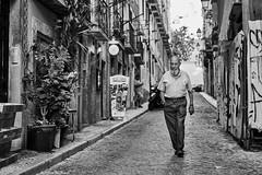 Lissabon Gente de Lisboa 69 bw (rainerneumann831) Tags: bw blackwhite street streetscene ©rainerneumann urban monochrome candid city streetphotography blackandwhite mann lisboa lissabon gentedelisboa