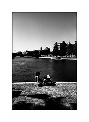 Paris (Punkrocker*) Tags: nikon fm2n nikkor 28mm 2828 ais film jch streetpan 400 nb bwfp monochrome street city people river seine paris france bank