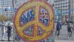 Berlin, Mauerrest - Kunst (bleibend) Tags: 2019 em5 leicadgsummilux25mmf14 omd berlin bundeshauptstadt farbe farben gedenken hauptstadt interessant m43 mauer mft olympus olympusem5 olympusomd
