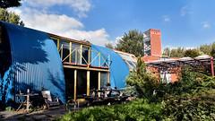GOLFHUIS en CAMPUS gevangen in 1 beeld (roberke) Tags: architecture architectuur modern house woning gebouw garden tuin windows ramen vensters sky lucht blauw bleu clouds wolken blue almere nederland