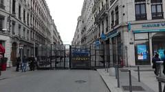 gilets jaunes à Lyon ? (Jeanne Menjoulet) Tags: crs giletsjaunes barrage lyon placebellecour flics police désert grille